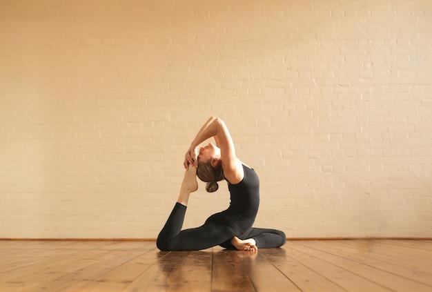 Übende yogapositionen des mädchens