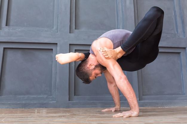 Übendes asana yoga und meditation des jungen mannes