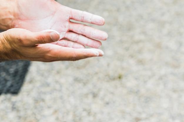 Übendes klettern des mannes auf künstlicher wand zuhause. aktiver lebensstil und boulder-konzept.
