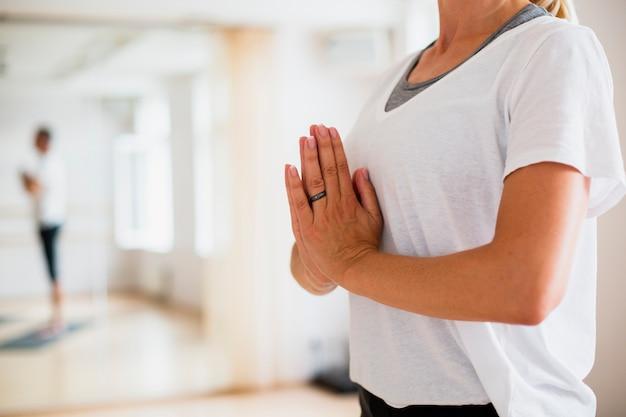 Übendes yoga der älteren frau