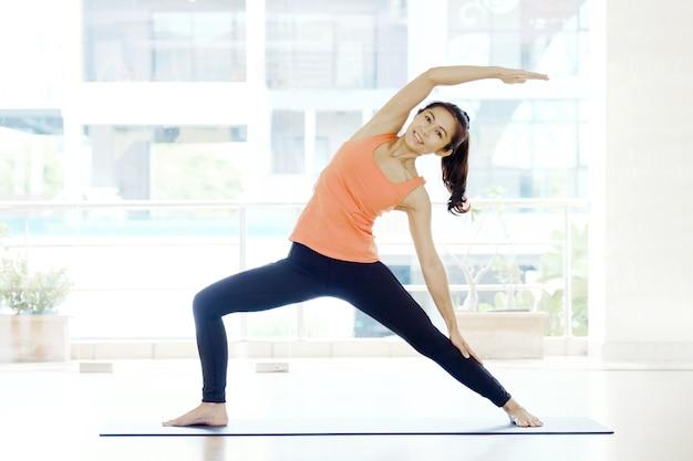 Übendes yoga der asiatin