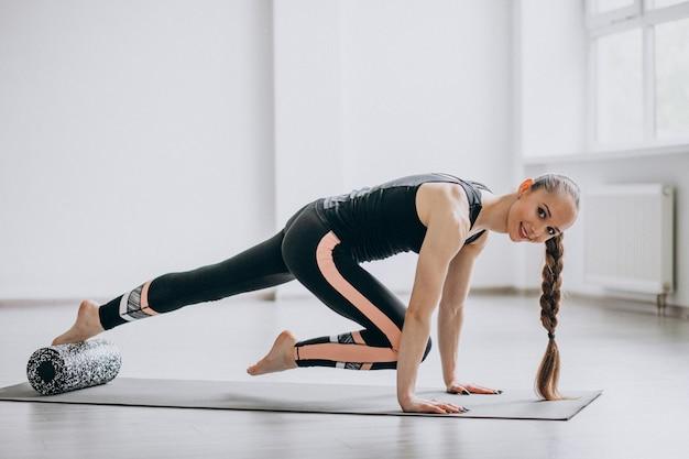Übendes yoga der frau auf einer matte