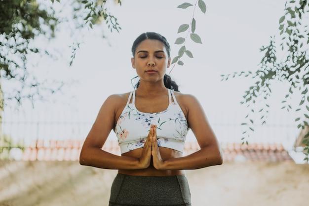 Übendes yoga der frau für entspannung