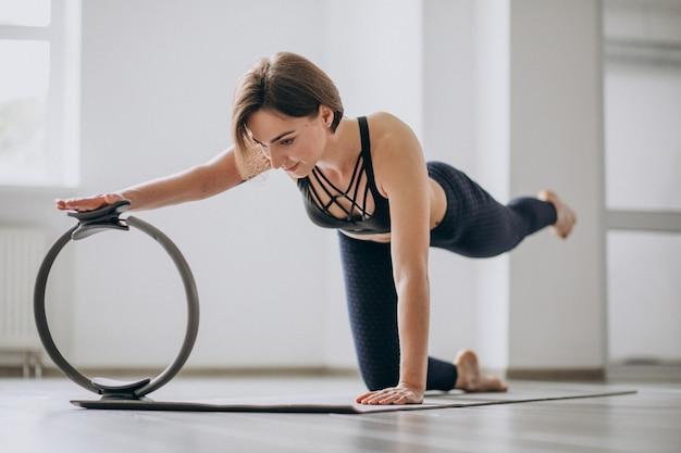 Übendes yoga der frau in der turnhalle auf einer matte