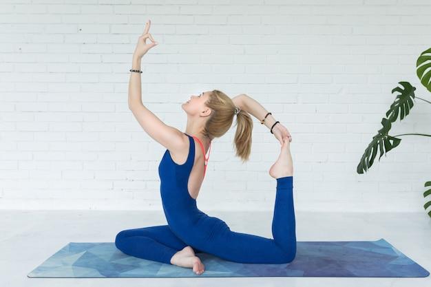 Übendes yoga der frau innen