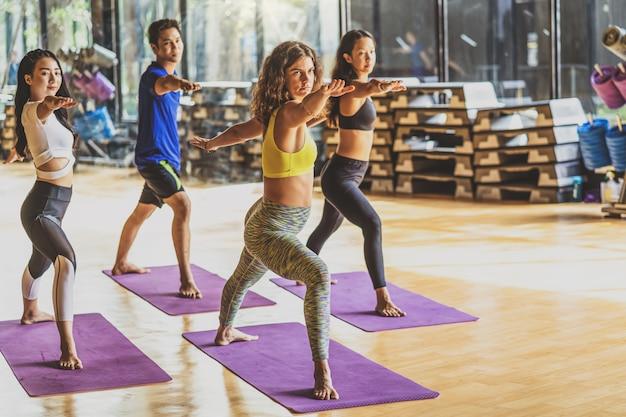 Übendes yoga der gruppe von personen