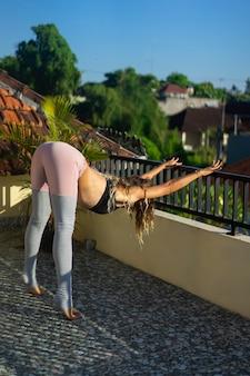 Übendes yoga der jungen frau
