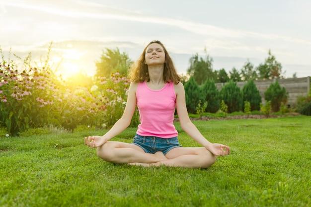 Übendes yoga der jungen jugendlichen, meditierend