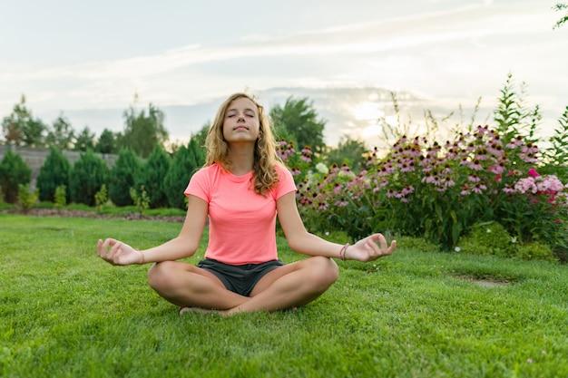 Übendes yoga der jungen jugendlichen