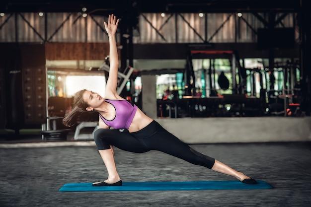 Übendes yoga der jungen schönen frau