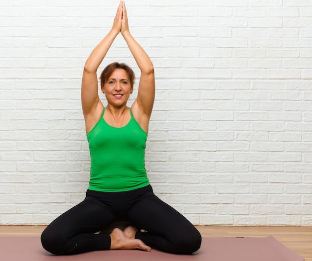 Übendes yoga der mittelalterfrau