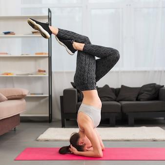 Übendes yoga des eignungsmädchens