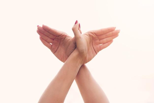 Übendes yoga des entspannten mädchens zu hause