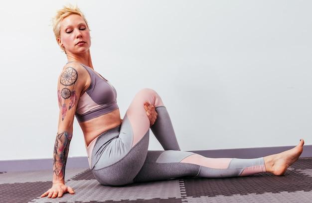 Übendes yoga des jungen mädchens