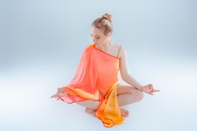 Übendes yoga des mädchens