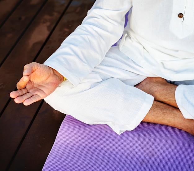 Übendes yoga des mannes