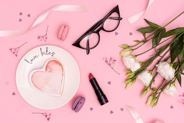 Über ansichtdekoration mit blumen und gläsern