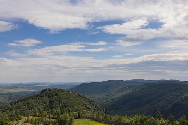 Über dem blick auf den schönen see im sommer in der ural-region, baschkortostan, russland.