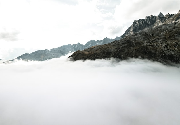 Über den wolken schoss drohne in schweizer alpen