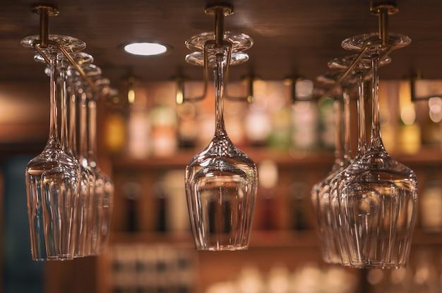 Über der bar hängen gläser für alkoholische getränke.