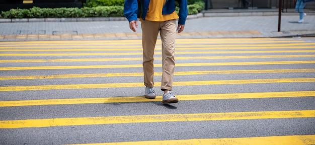 Über einen fußgängerüberweg gehen, zu fuß über große stadtstraßen konzeptionelle bilder der grundrechte zur nutzung öffentlicher bereiche