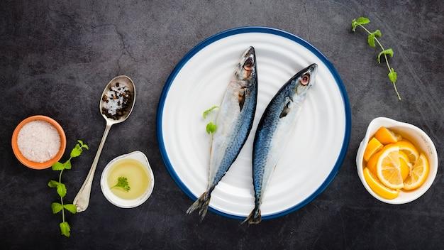 Über geschmackvollen fischen der ansicht auf weißer platte