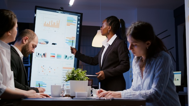 Überarbeitete geschäftsfrau mit dunkler haut beim brainstorming zur finanzstrategie