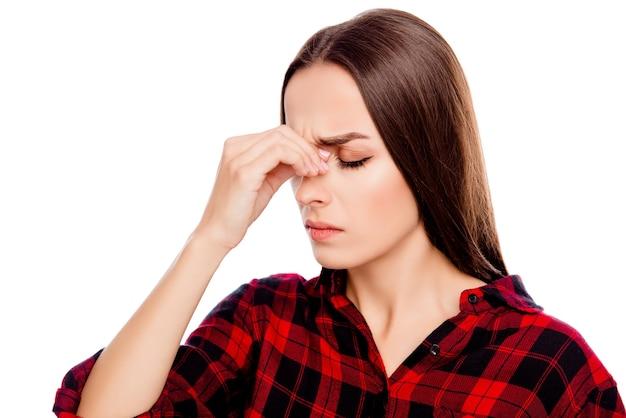 Überarbeitete traurige brünette frau mit starken kopfschmerzen