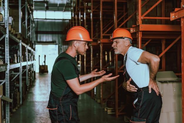 Überarbeiteter mitarbeiter mit rückenschmerzen
