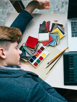 Überarbeitung müder designer beim schlafenszeitmanagement