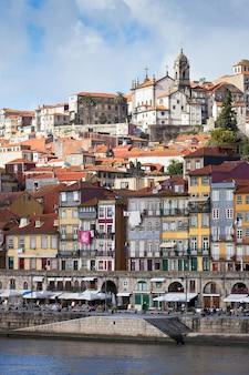 Überblick über die altstadt von porto, portugal. fluss ribeira und douro