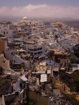 Überblick über gebäude in santorini griechenland