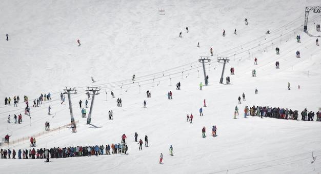 Überblick über österreichisches skigebiet in den alpen