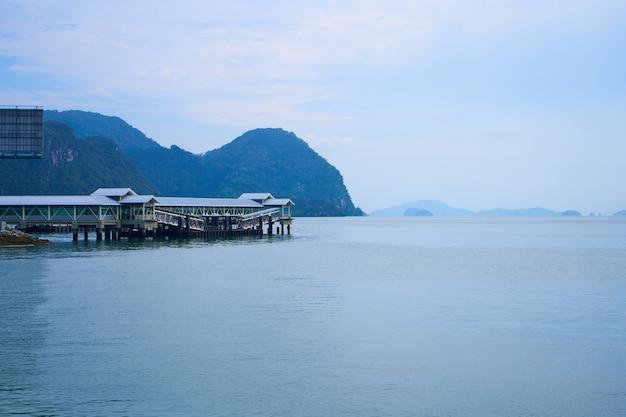 Überdachter bootssteg. transporthafen auf einer tropischen insel