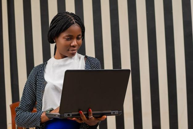 Übererregte afrikanische dame im büro