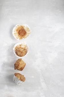Überessen, halb gegessene muffins