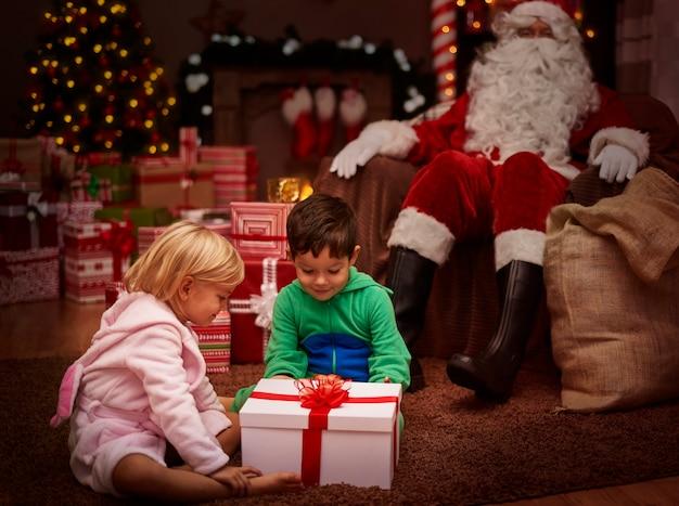 Überfluss an geschenken ist der größte traum des kindes