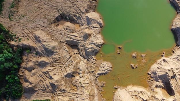 Überfluteter sandsteinbruch. ort, an dem dirtbikes fahren und spuren hinterlassen. landschaft für extreme vierradaktivitäten. sychevo-minen. bezirk wolokolamsk der region moskau