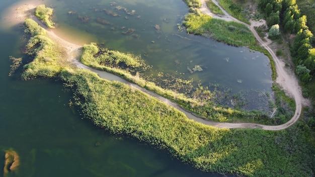 Überfluteter und überwucherter sandsteinbruch. üppige grüne sommerlandschaft für outdoor-urlaub, wandern, camping oder tourismus. bezirk wolokolamsk der region moskau. sychevo strand, russland