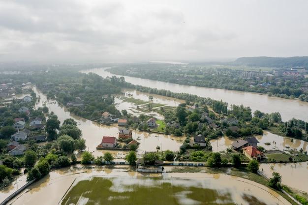 Überflutetes dorf, bauernhöfe und felder nach heftigen regenfällen