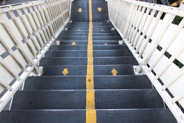 Überführung treppen über die straße in der stadt