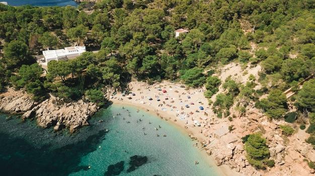 Überfüllter spanischer strand in ibiza, balearen, spanien