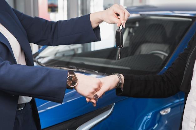 Übergabe der autoschlüssel in einem autohaus