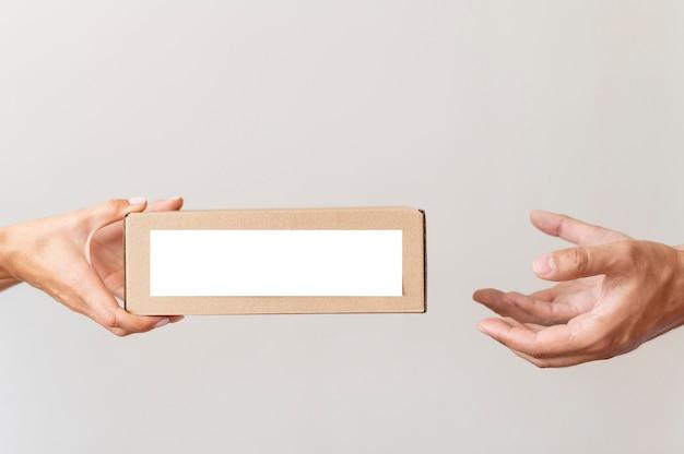 Übergabe der spendenbox an eine bedürftige person