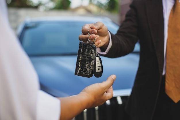 Übergabe des autoschlüssels vom verkäufer an den besitzer