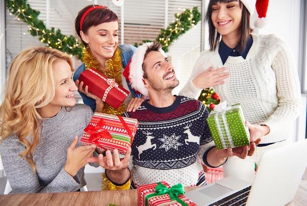 Übergabe von weihnachtsgeschenken für alle