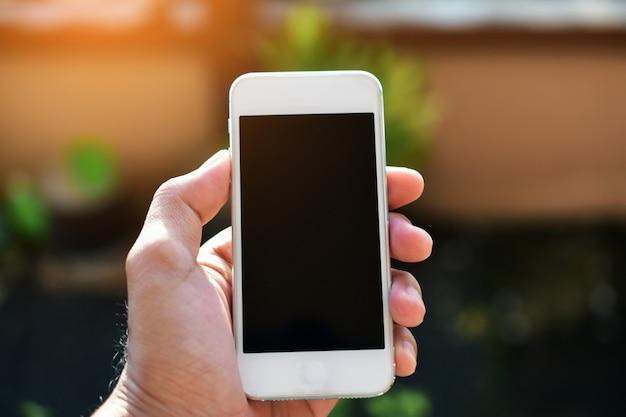 Übergeben sie das halten des intelligenten telefons, online-geschäft des handytechnologieinternets