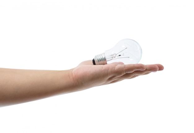 Übergeben sie das halten einer glühlampe, die auf weißem hintergrund lokalisiert wird