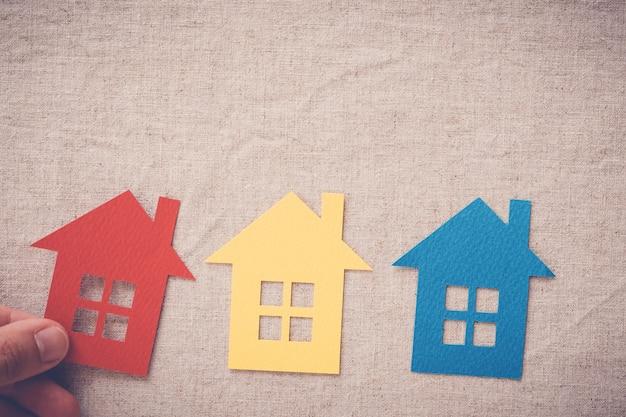 Übergeben sie die auswahl des rechten hauseigentums, das haus, das konzept, hausversicherung sucht