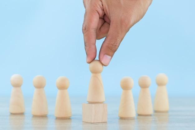 Übergeben sie geschäftspersonal, rekrutierungsangestellter und talentmanagemen mit erfolgreichem führungsteam des geschäftsteams - bild.